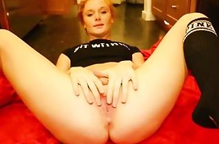 Ginger-haired cockslut stands on her knees to blow